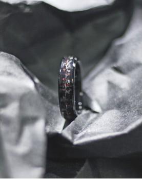 Мужское черное кольцо с красной вставкой из карбона R-TU-7064 Фото 1